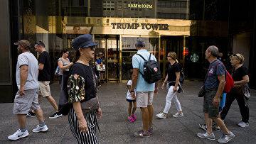 Прохожие у входа в Трамп-Тауэр в Нью-Йорке
