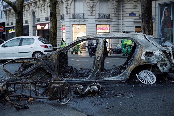Сгоревший автомобиль на улице Парижа