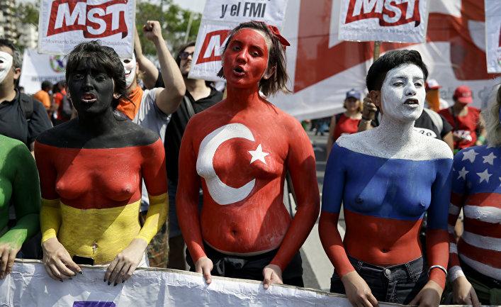 Протестующие в Буэнос-Айресе, раскрашенные в цвета флагов Германии, Турции и России