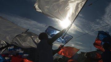 """Участники мероприятия в стиле арт-моб """"Воссоединение"""" по случаю празднования годовщины """"Крымской весны"""" в Симферополе"""