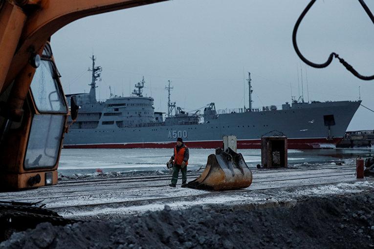 Корабль ВМС Украины в порту Мариуполя