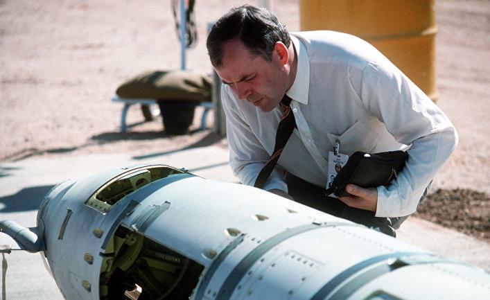 Советский инспектор осматривает американскую крылатую ракету наземного базирования «Томагавк», 1988 год