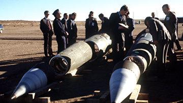 Советские инспекторы и американские сопровождающие среди демонтированных ракет Pershing II