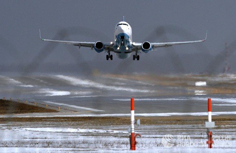 """Самолет Boeing 737-800 авиакомпании FlyDubai совершает посадку в аэропорту """"Внуково"""" в Москве"""