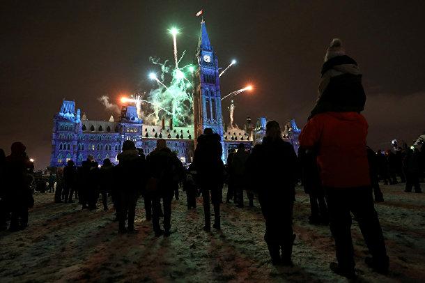 Фейерверк во время предрождественской церемонии на Парламентском холме в Оттаве