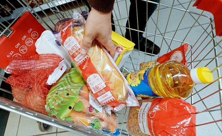 Тележка с продуктами в магазине. © РИА Новости, Антон Денисов