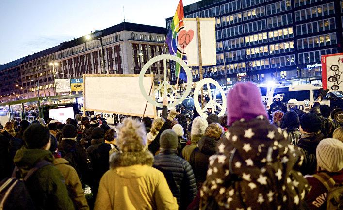 Люди протестуют против марша неонацистов в Хельсинки