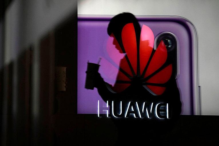 Реклама смартфона Huawei P20 в торговом центре в Шанхае