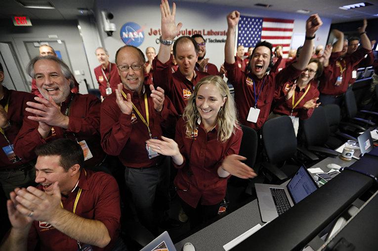 Инженеры празднуют посадку аппарата InSight на Марс