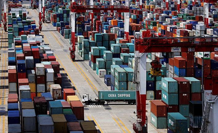 Грузовые контейнеры в порту Шанхая