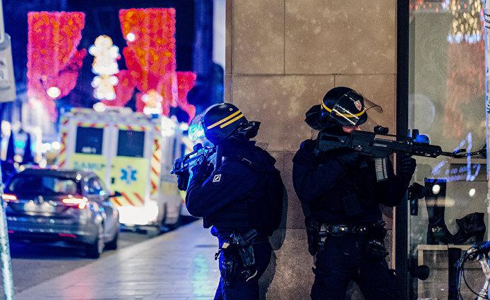 Французские полицейские возле места стрельбы в Страсбурге, Франция