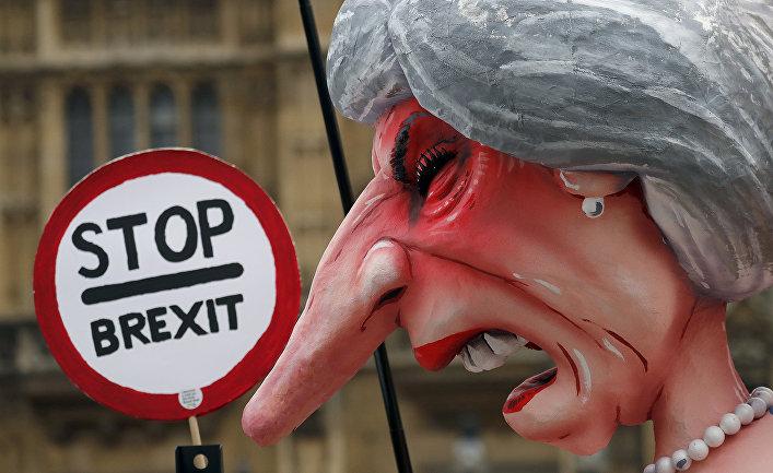 Скульптура премьер-министра Великобритании Терезы Мэй во время акции протеста противников Brexit в Лондоне