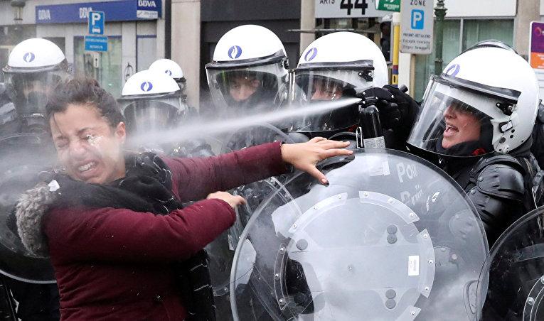 Столкновения с полицией во время акции протеста «желтых жилетов» в Брюсселе
