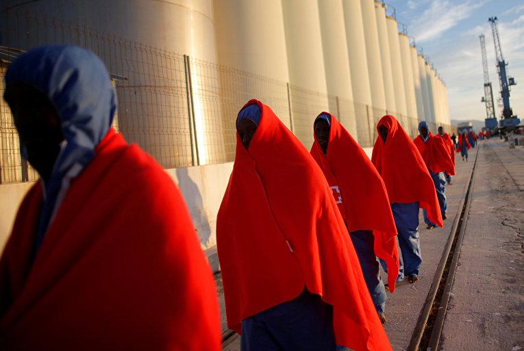 Мигранты, спасенные у побережья Испании в порту Малаги