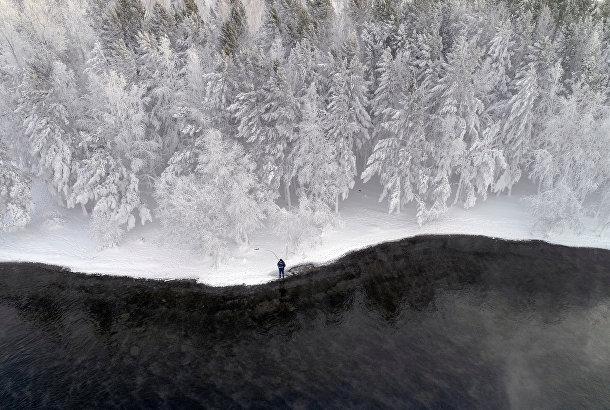 Мужчина рыбачит на берегу Енисея недалеко от Красноярска