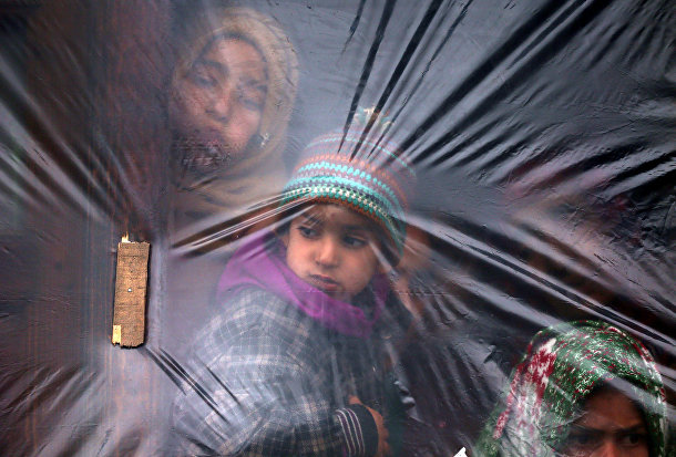 Дети спасаются от холода в деревне Пулвама