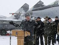 Петр Порошенко обращается к солдатам на церемонии передачи 100 единиц техники на военной базе рядом с Житомиром