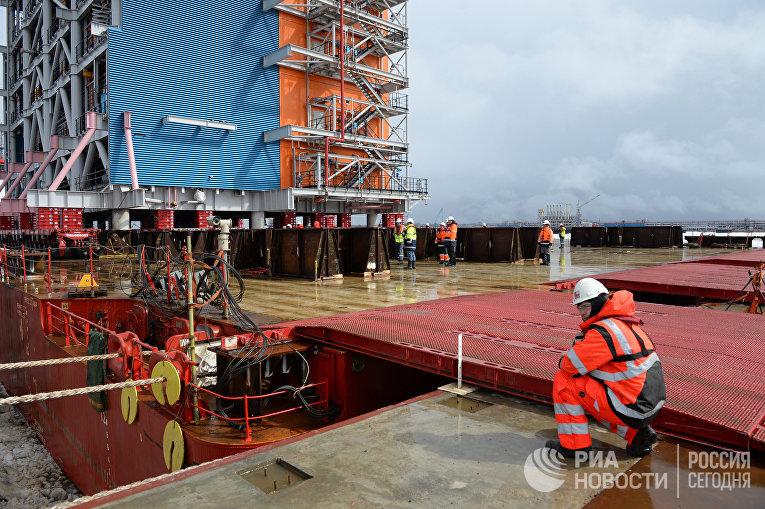 Рабочие настроительной площадке завода «Ямал СПГ» иморского порта Сабетта