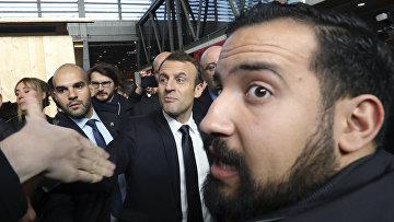 Президент Франции Эммануэль Макрон и старший офицер безопасности Александр Беналла в Париже