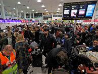 Пассажиры в аэропорту Гатвика в Великобритании