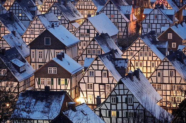 Заснеженные дома в историческом центре города Фройденберг