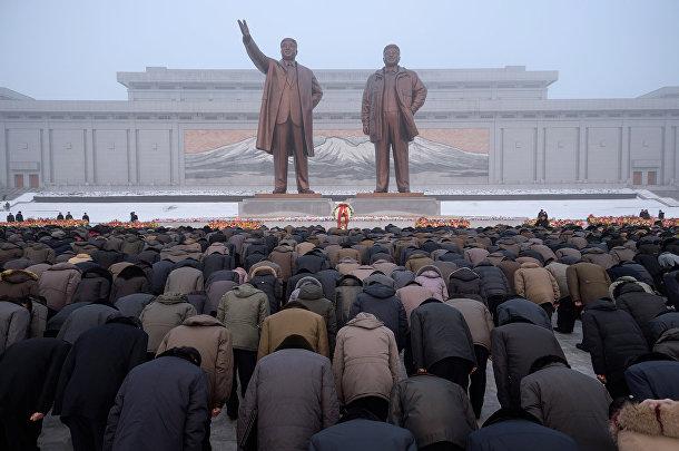 Жители Пхеньяна во время седьмой годовщины смерти Ким Чен Ира