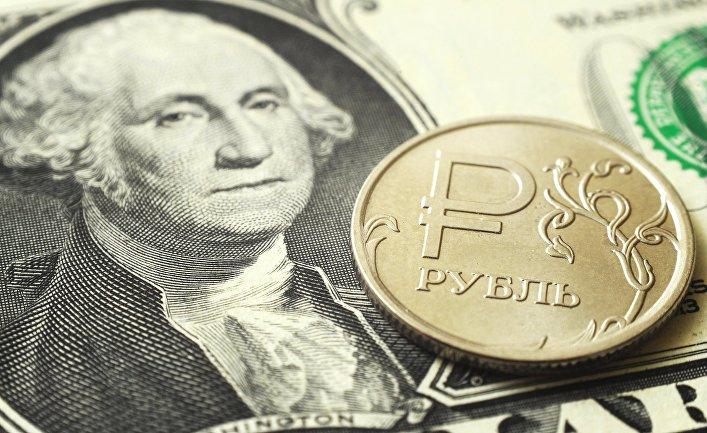 Монета номиналом один рубль на банкноте один доллар США