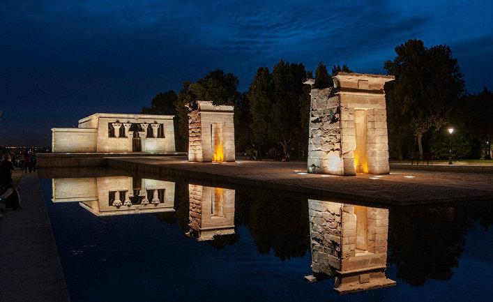 Закат в храме Дебода в Мадриде, Испания