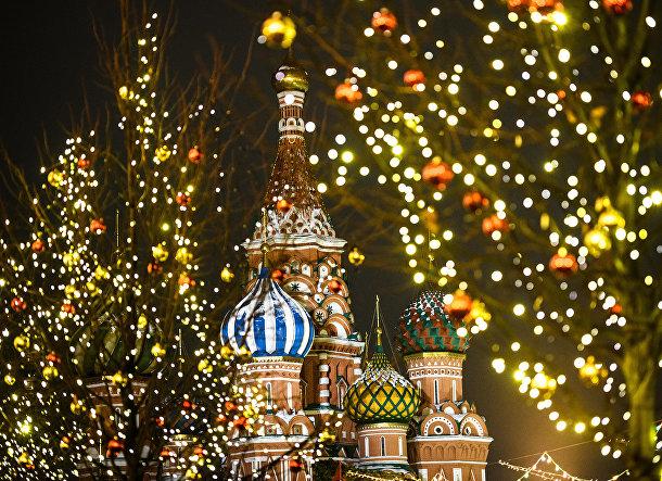 Собор Василия Блаженного окружен рождественскими и новогодними декорациями