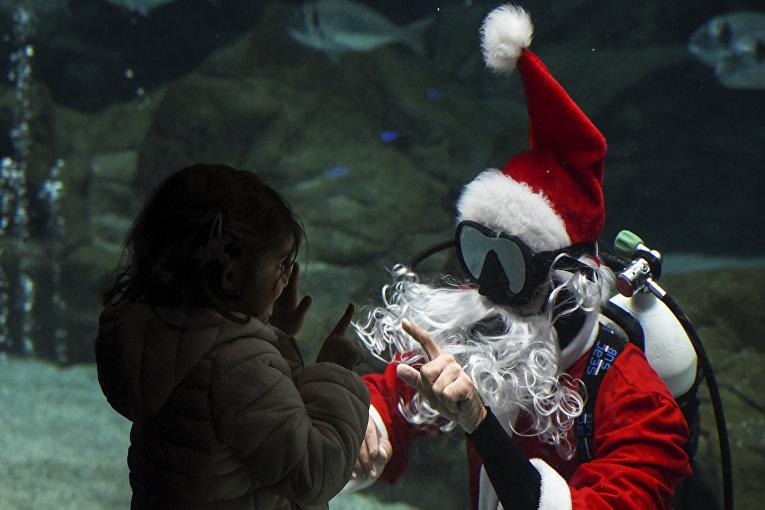 Ребенок приветствует Санта-Клауса