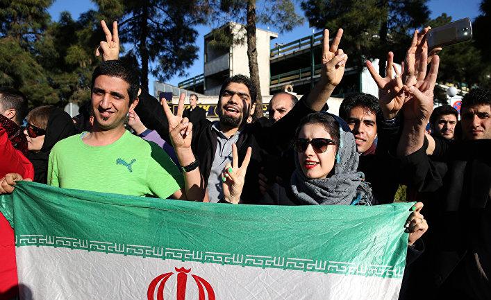 Иранцы встречают в аэропорту премьер-министра Мохаммада Джавада Зарифа после подписания соглашений в Лозанне