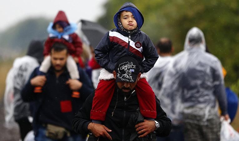 Беженцы с детьми во временном лагере на юге Венгрии