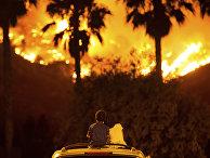 Дети наблюдают за пожаром на крыше автомобиля на озере Эльсинор в Калифорнии