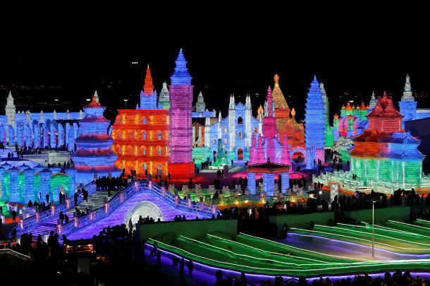Подсветка ледяного города в вечернее время