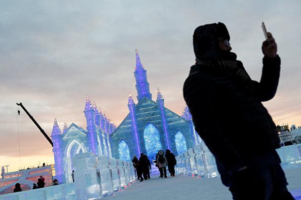 Посетители на фоне ледяных скульптур