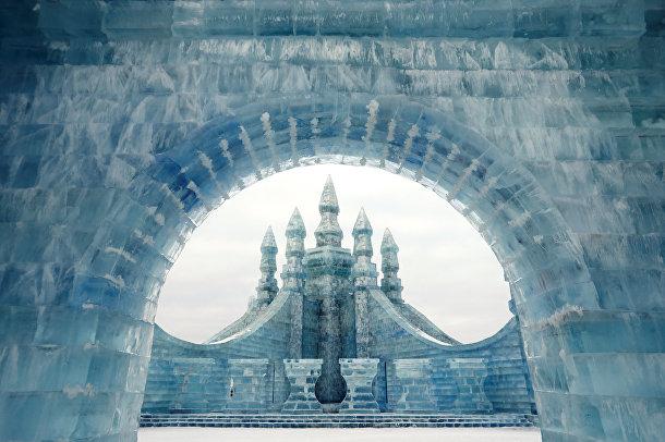 Ледяные скульптуры на ежегодном фестивале льда в китайском городе Харбин