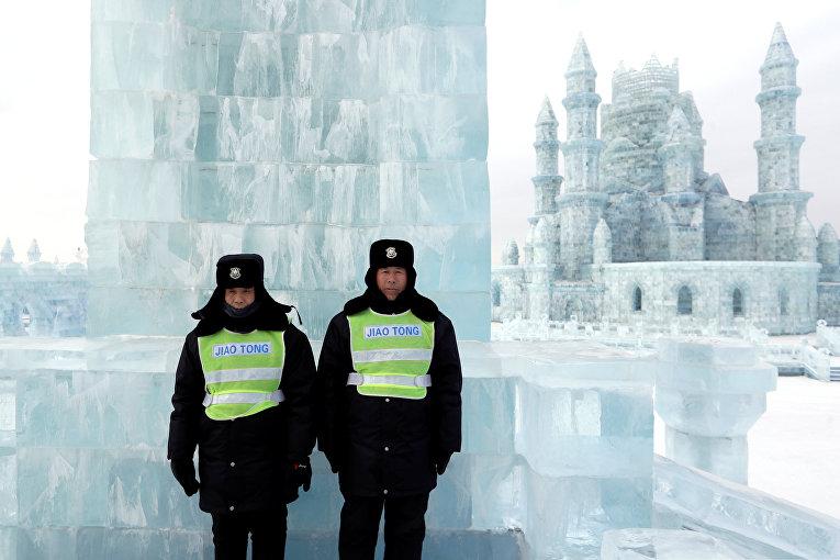 Сотрудники охраны следят за порядком