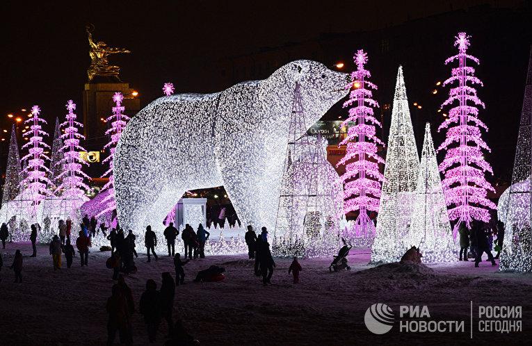 "Световая композиция ""Медведи"" на проспекте Мира в Москве"
