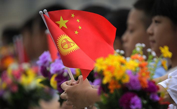 Национальные флаги Кыргызстана и Китая