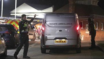 Скорая помощь на железнодорожном вокзале в Хорсли, где произошло убийство, Великобритания