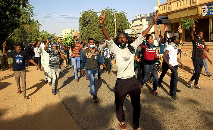 Участники акции протеста в суданской столице Хартум