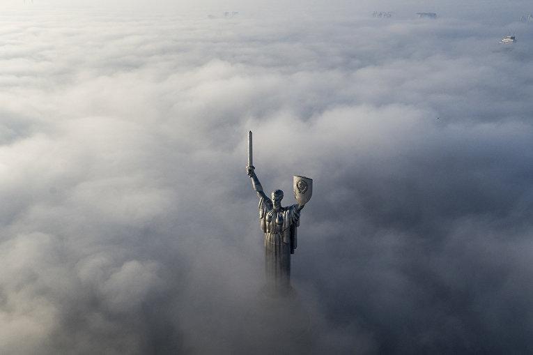 Скульптура «Родина-мать» в Киеве