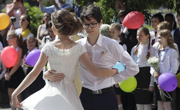 Белорусские школьники во время выпускной церемонии в Минске