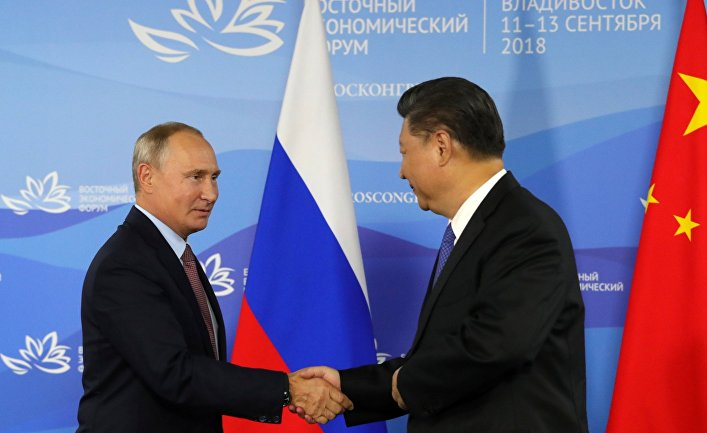 Президент РФ Владимир Путин и председатель КНР Си Цзиньпин на пресс-конференции по итогам встречи на полях IV Восточного экономического форума