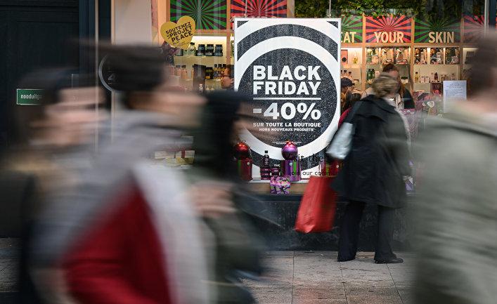 """Прохожие у одного из магазинов во время акции """"Черная пятница"""" в Брюсселе"""