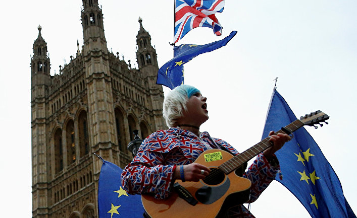 Протестующий против Брексита у здания пррламента Великобритании в Лондоне