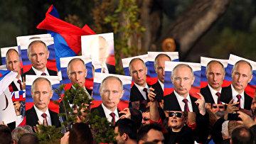 Жители Белграда с портретами президента России Владимира Путина