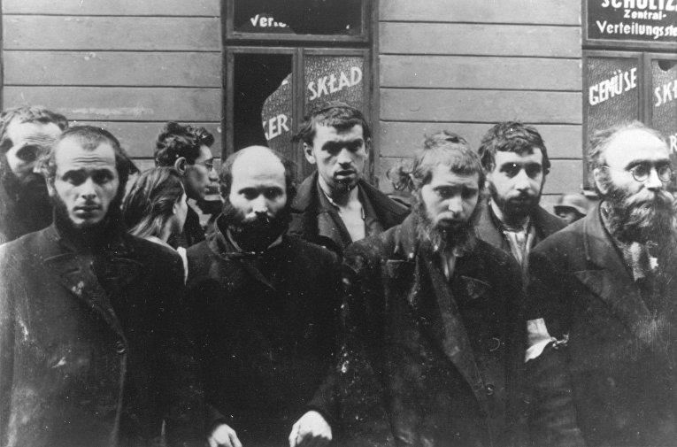 Группа евреев, арестованная солдатами СС в апреле-мае 1943 года в Варшаве, Польша