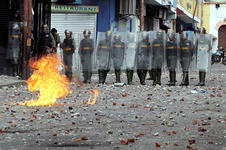 Силы безопасности во время столкновениями со сторонниками оппозиции во время митинга против правительства президента Венесуэлы Николаса Мадуро в Тачире