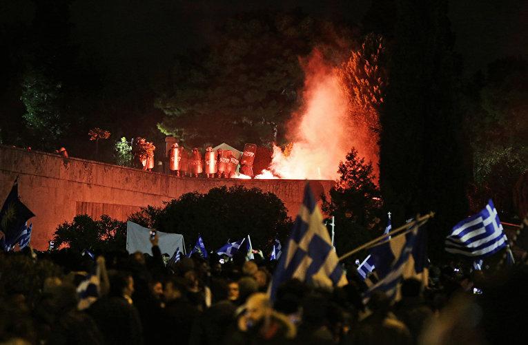 Участники акции протеста у здания греческого парламента в Афинах